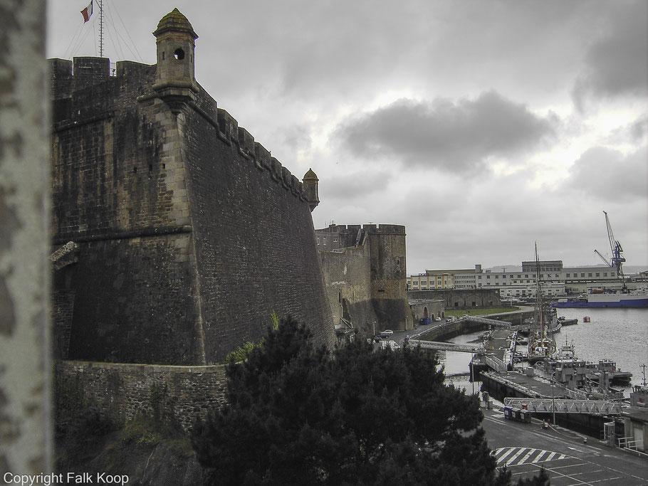 Bild: Château de Brest über der Mündung der Penfeld und dem Marinehafen in Brest, Bretagne