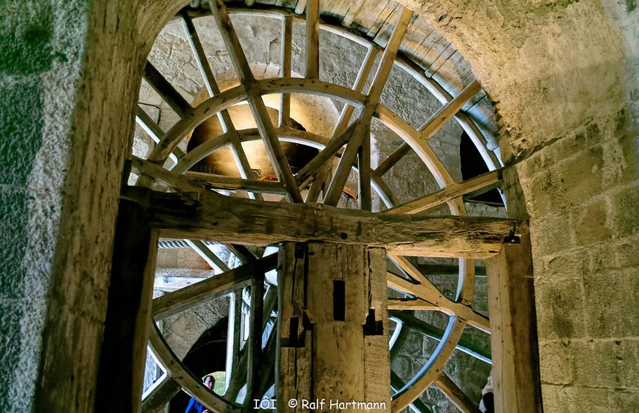 Bild: Holzrad des Lastenaufzug in der Abtei von Mont-Saint-Michel