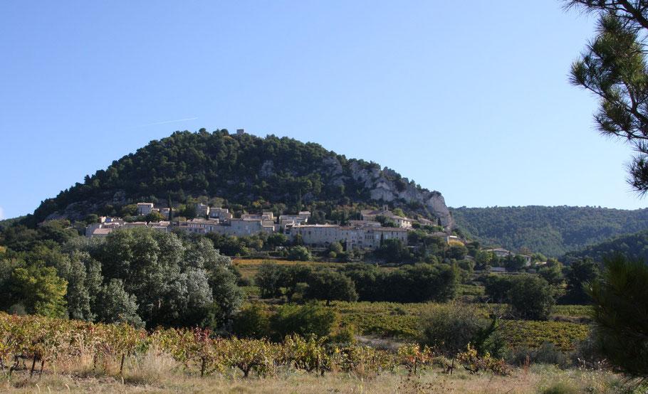 Bild: Blick auf Séguret am Fuße der Dentelles de Montmirail