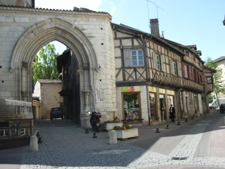 Bild: Das Jacobinertor (Porte des Jacobins) 1497 erbaut, einst der Eingang zum Dominikanerkloster, welches zur Zeit der französischen Revolution zerstört wurde, in Bourg-en-Bresse.