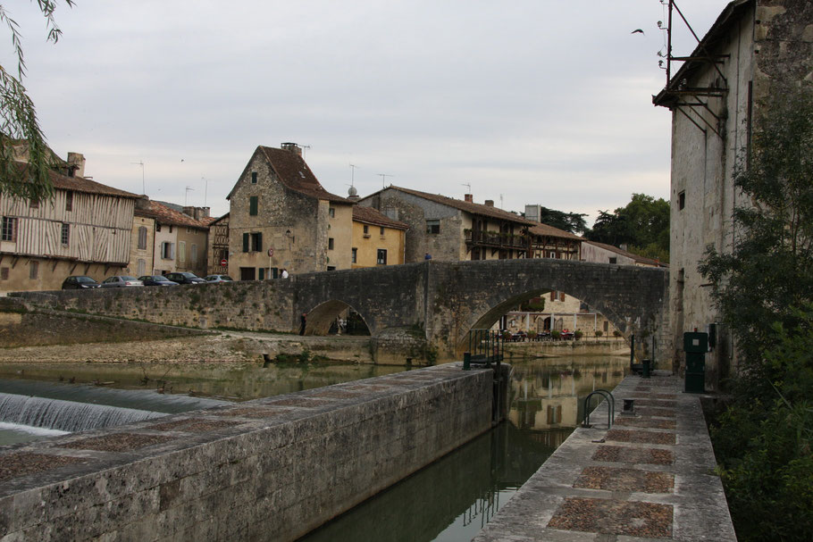 Bild: Nérac mit alter Brücke über die Baise