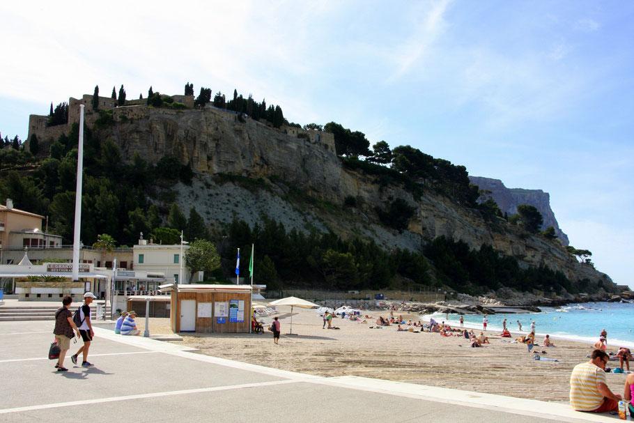 Bild: Strand direkt in dem Dorf Cassis mit mittelalterlicher Festung