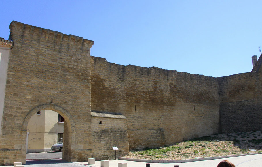 Bild: Stadtmauer und Eingang an der Porte Aurouze in das Örtchen Courthézon im Département Vaucluse