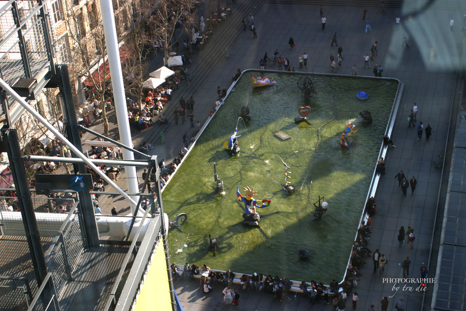 Bild: Blick auf die Fontaines Igor Stravinsky vom Centre Pompidou in Paris