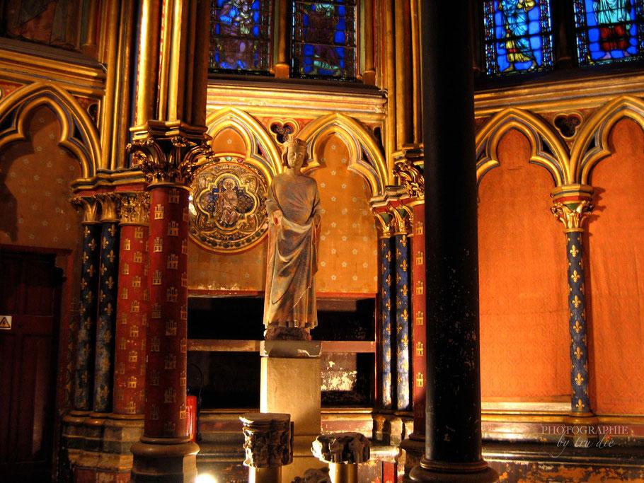Bild: Statue von König Ludwig IX. in der Unterkirche von Sainte-Chapelle in Paris