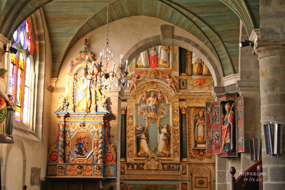 Bild: Links Notre-Dame du Vrai-Secours, mittig Rosenkranzaltarbild in Saint-Thégonnec