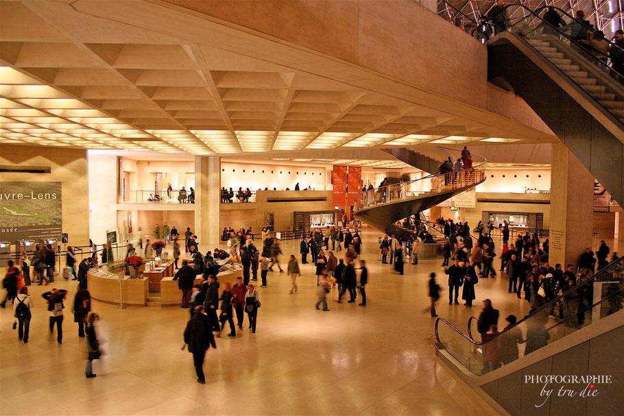Bild: in der Glaspyramide des Louvre Paris