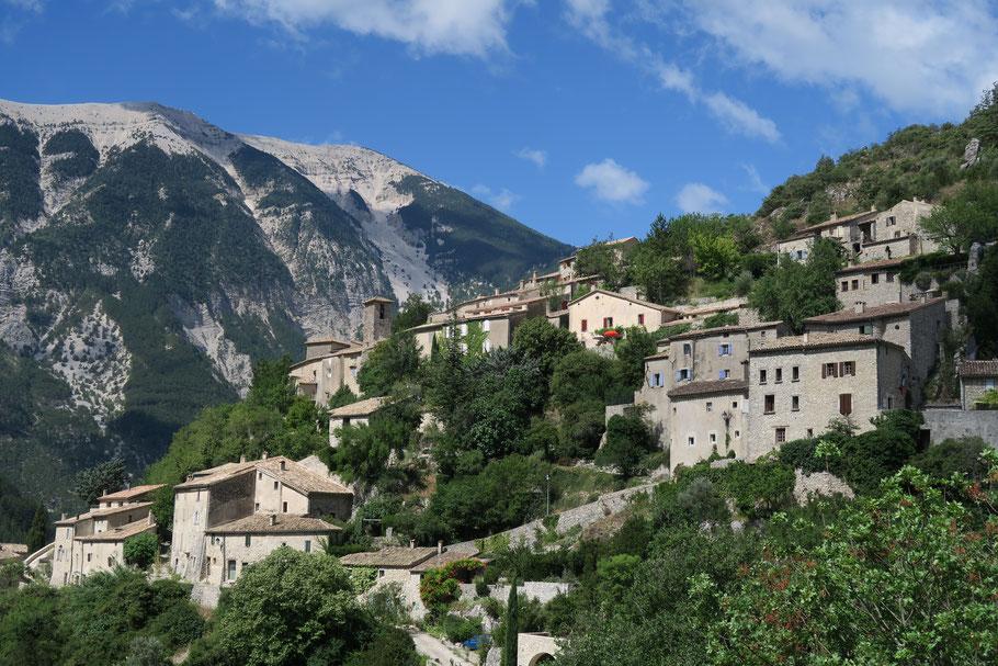 Bild: Blick auf das Dorf Brantes, im Hintergrund der Mont Ventoux (1912 m)