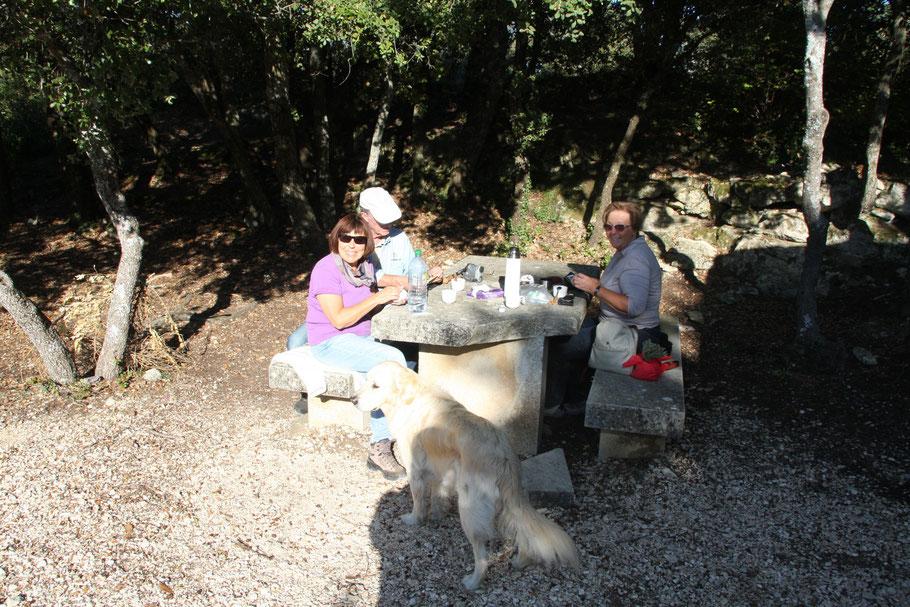 Bild: Rast bei Wanderung bei Sivergues