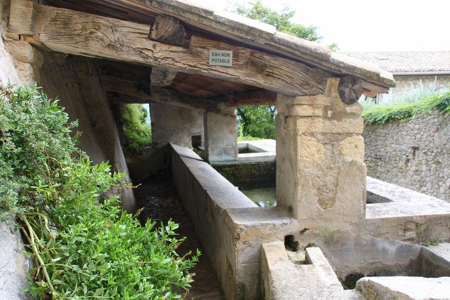 Bild: Überdachter Waschplatz in Crestet