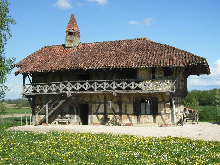 Bild: Ferme Musée de la Forêt mit typischen sarazenischem Schornstein