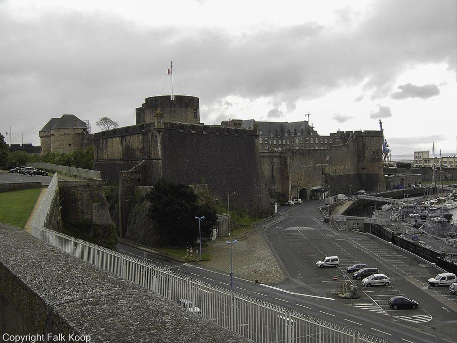 Bild: Blick auf die Brester Festung, das Château de Brest über der Mündung der Penfeld und dem Marinehafen in Brest, Bretagne