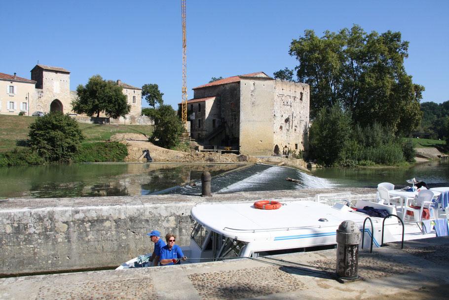 Bild: Hausboot in der Schleuse bei Vianne