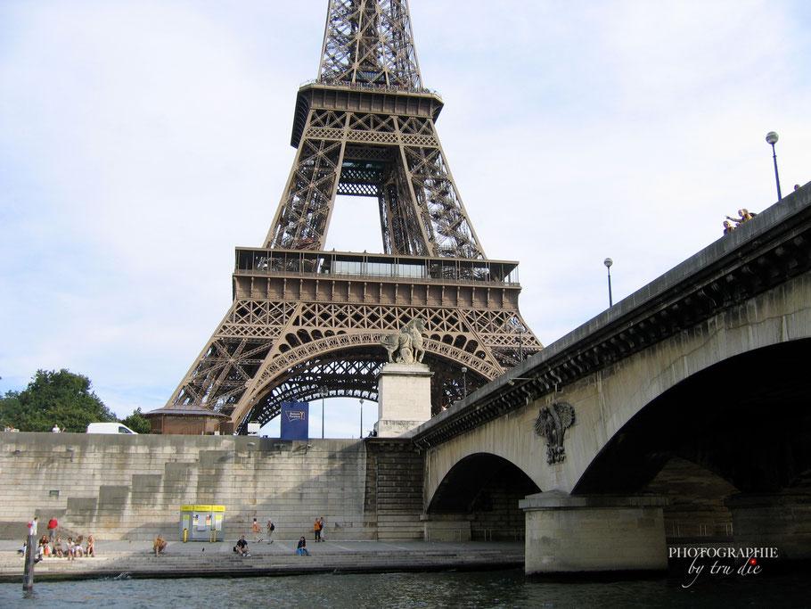 Bild:  Bootsrundfahrt auf der Seine, hier am Eiffelturm