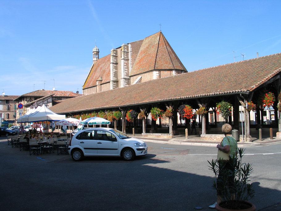 Bild: Die Markthalle 1672 nach einem Brand wieder aufgebaut, mit 89 Säulen ist sie 80 Meter lang und 20 Meter breit in Châtillon-sur-Chalaronne