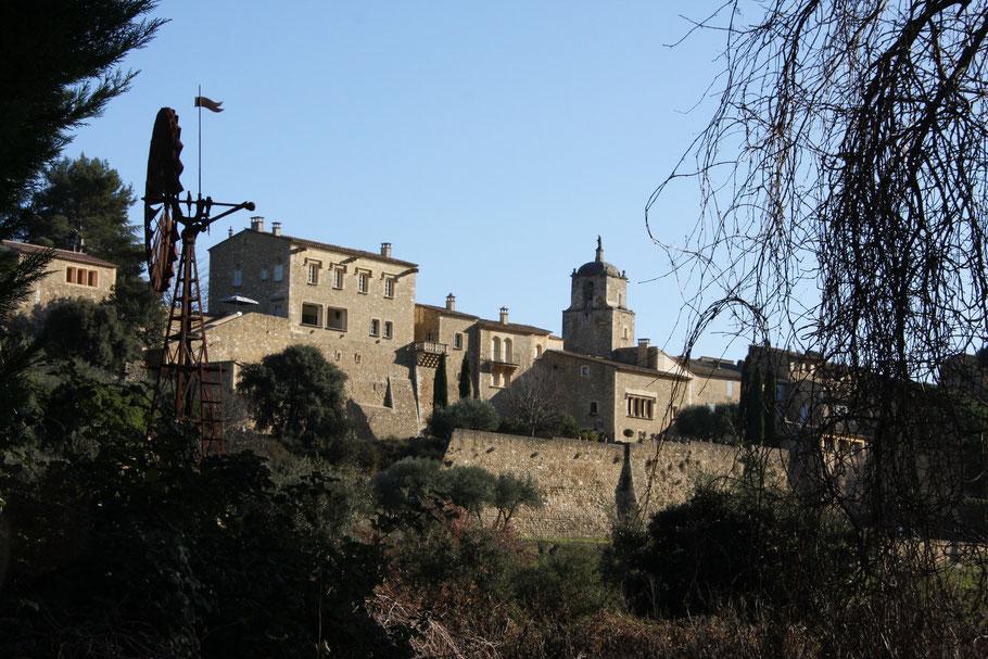 Bild: Rückseite von Maubec mit Windrad als Schöpfrad und Blick auf Schloss und Glockenturm