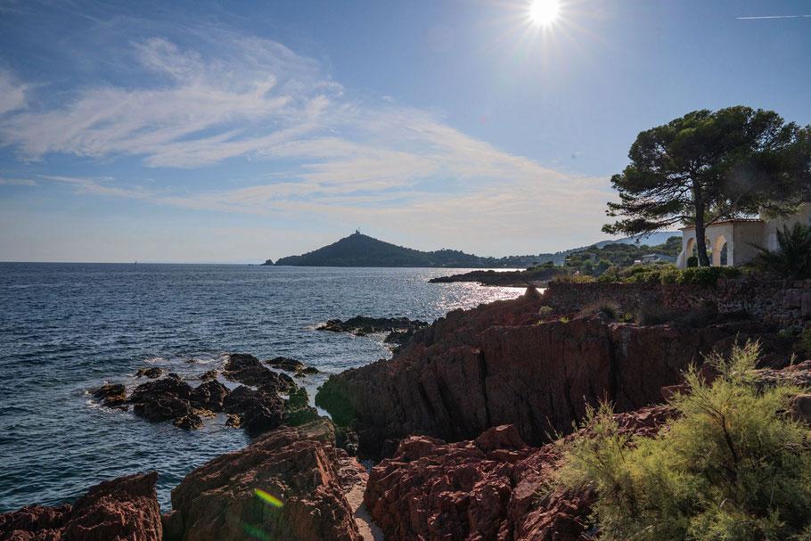 Bild: Blick auf das im Hintergrund liegende Cap Dramont, Massif de l´Estérel