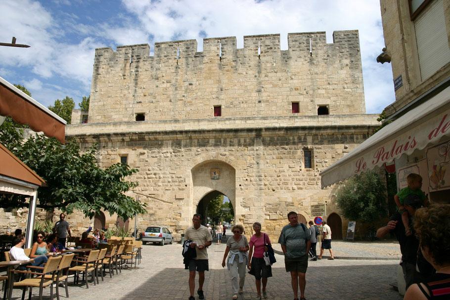 Bild: Eingangstor an der Stadtmauer von Aigues-Mortes