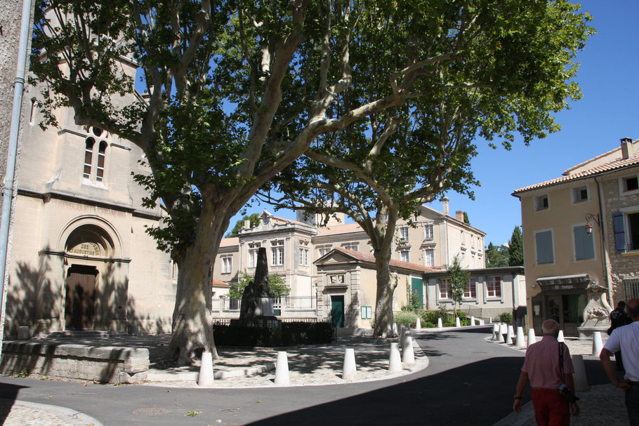 Bild: Kirche des Augustinus, rechts Brunnen der Delfine in Pernes les Fontaines