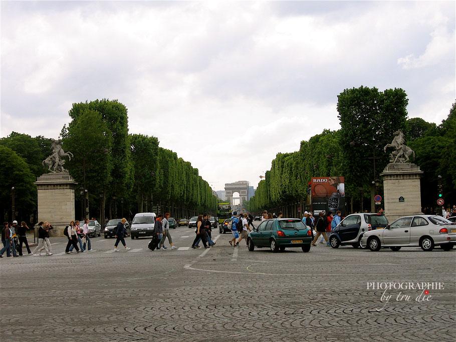 Bild: Blick auf die Champs Élysées im Hintergrund Arc de Triomphe