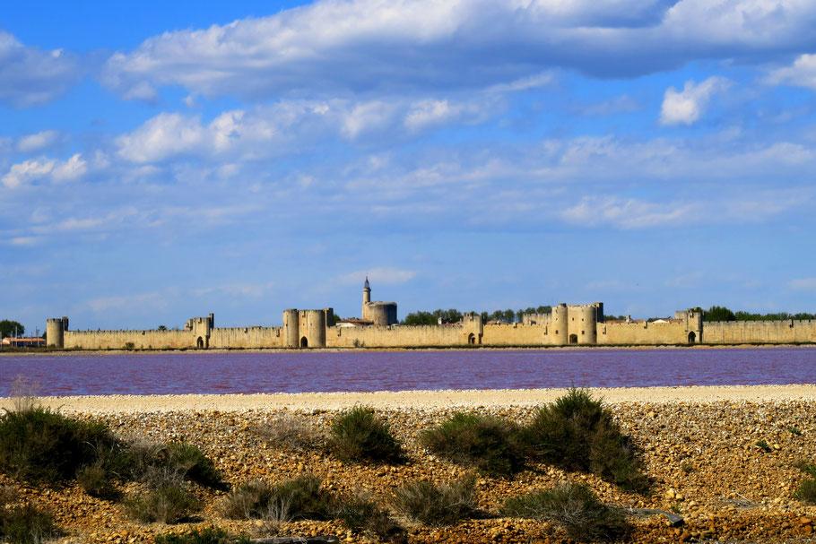 Bild: Blick von den Salinen auf Aigues-Mortes