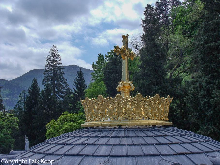 Bild: Krone und Kreuz auf der Rosenkranzbasilika in Lourdes