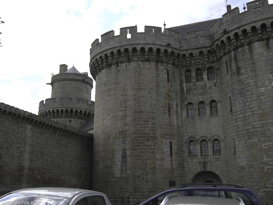 Bild: Der Justizpalast in Alençon, das ehemalige Château des Ducs