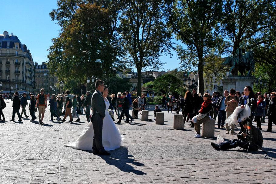 Bild: Hochzeitsgesellschaft vor Notre-Dame Paris