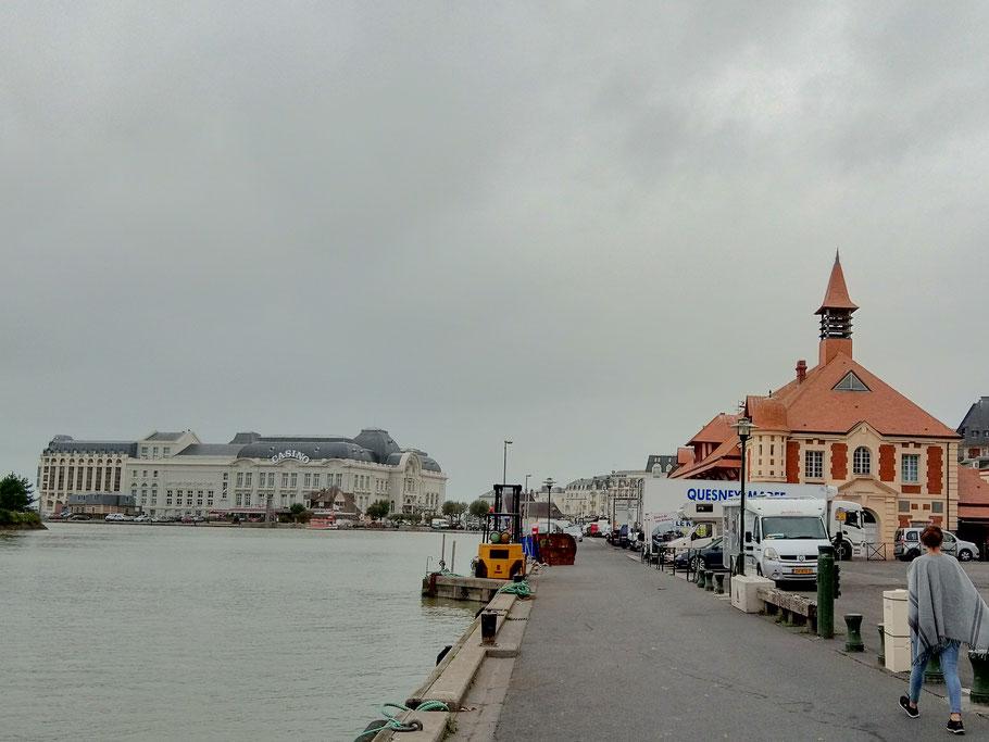 Bild: Troville-sur-mer mit Casino und Fischhalle