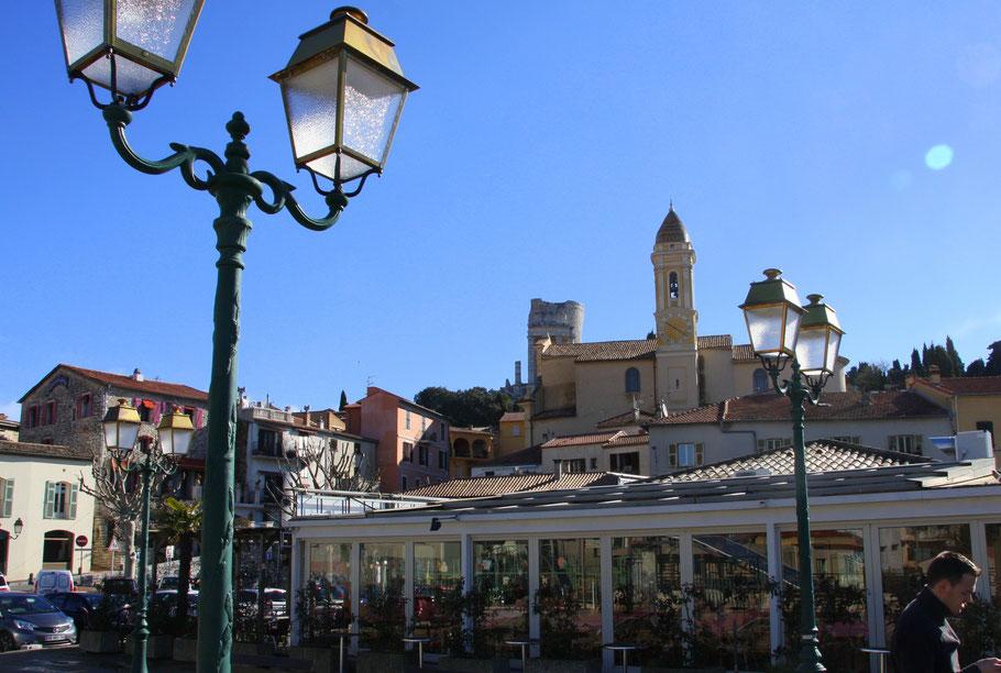 Bild: Blick auf La Turbie mit Kirche St.-Michel-Archange und im Hintergrund Trophée des Alpes, ein Denkmal aus der Römerzeit