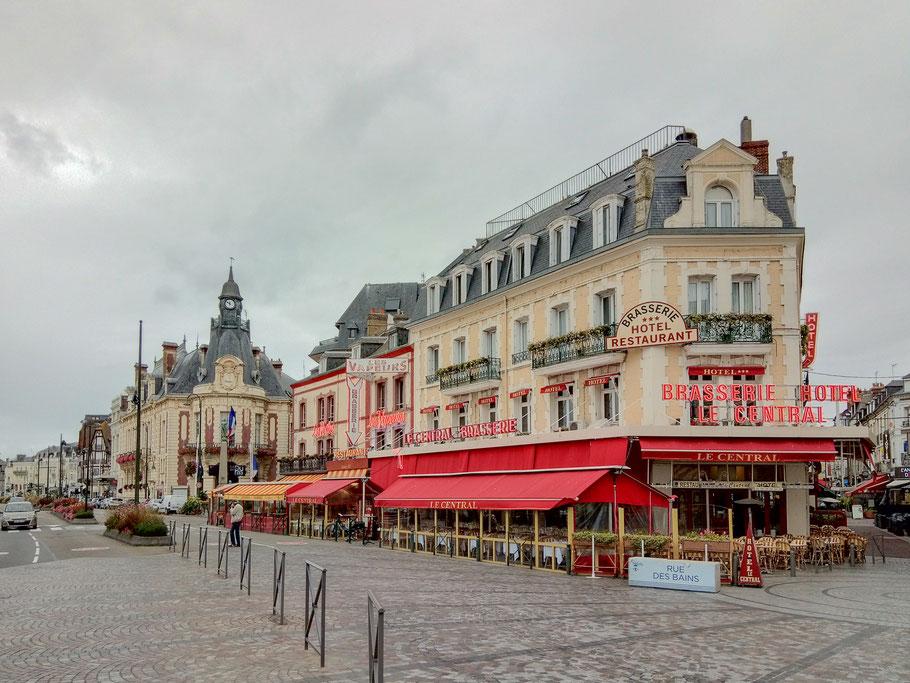 Bild: Das Rathaus mit der Uhr im Turm von Trouville-sur-mer