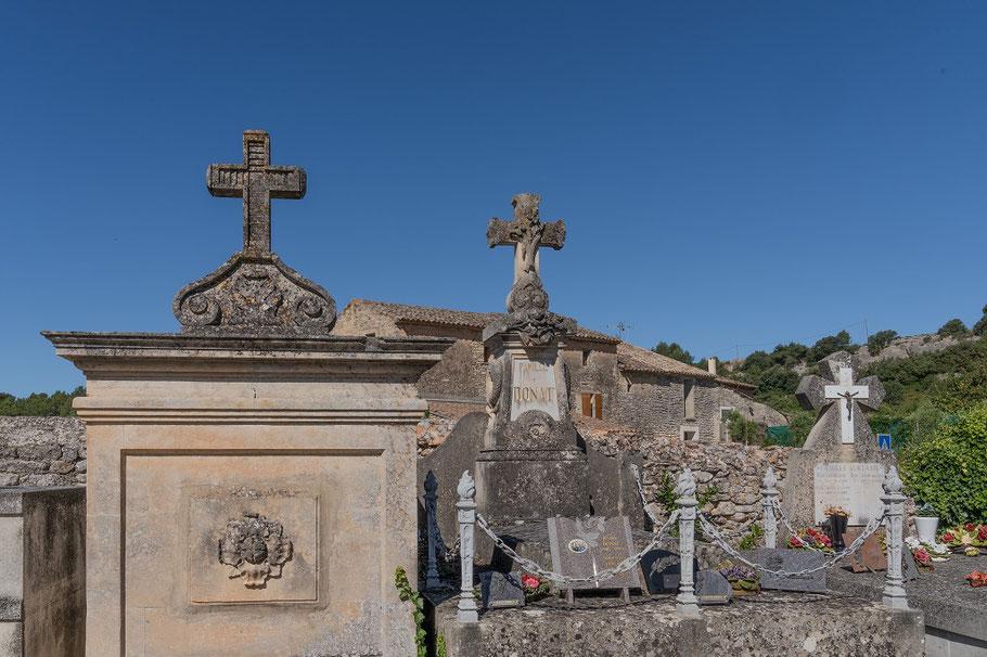 Bild: Friedhof vor der Église Nécropole Rupestre aus dem 12. Jh. in Gordes St. Pantaléon