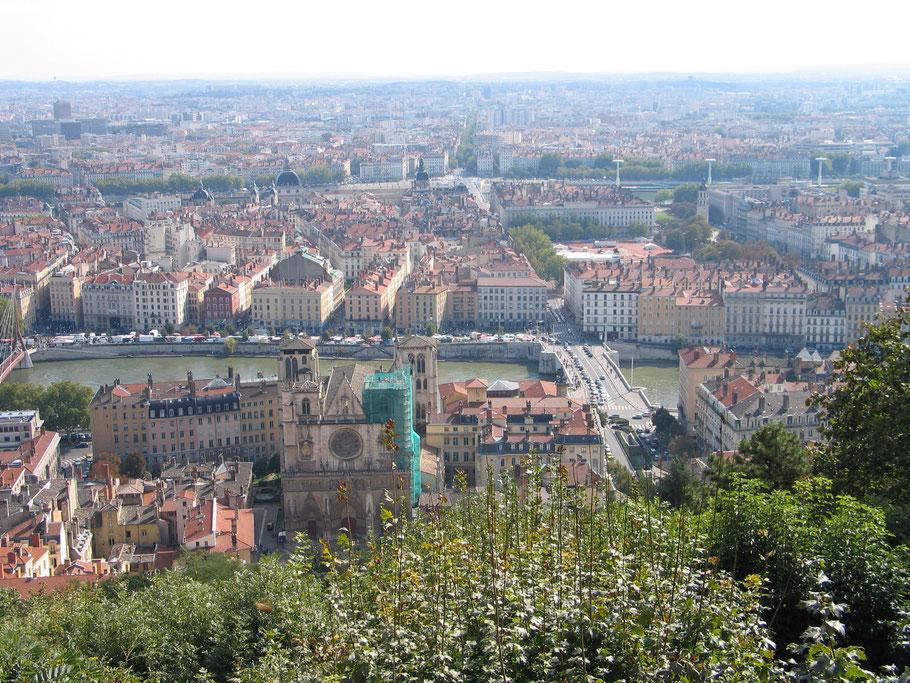 Bild: Blick über die Stadt Lyon unten mit Cathédrale Saint-Jean und den Fluß Saône und dahinter die Rhône