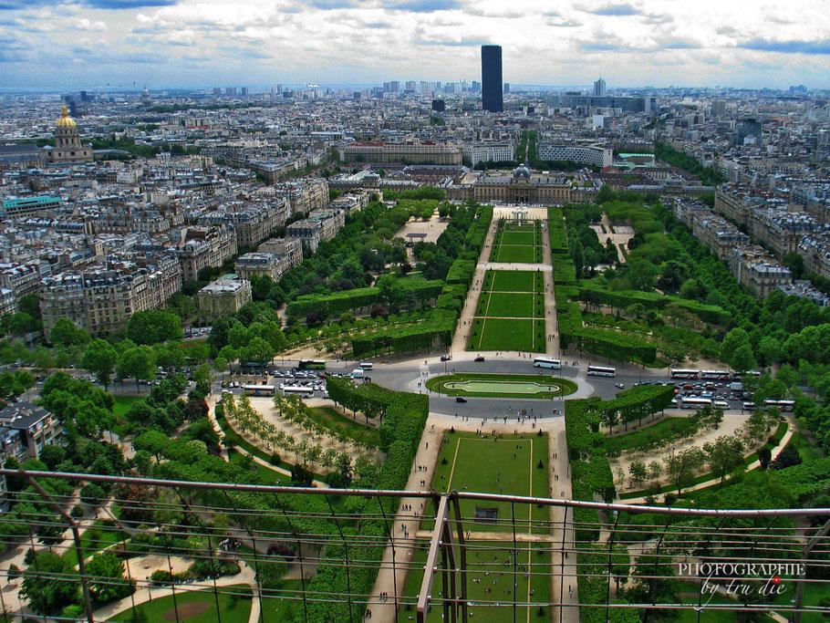 Blick vom Eiffelturm auf den Champ de Mars