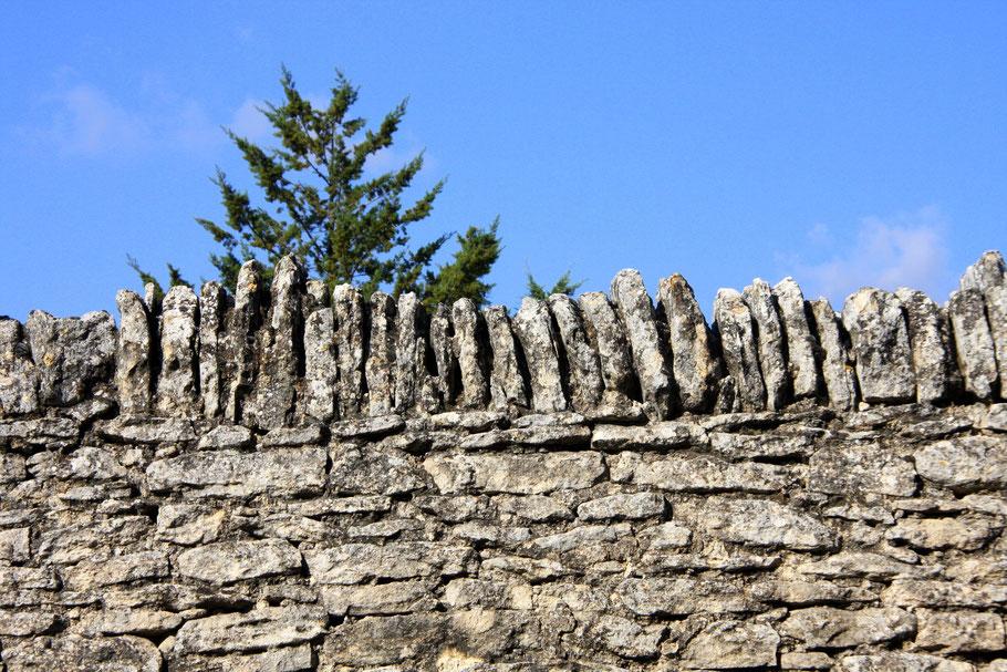 Typische Steinmauer aus Naturstein in Gordes, heute bei allen Bauten in der Gemeinde Vorschrift.