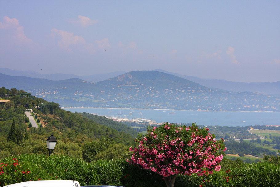 Bild: Blick von der Terrasse des Barri auf die Bucht von Saint-Tropez in Gassin