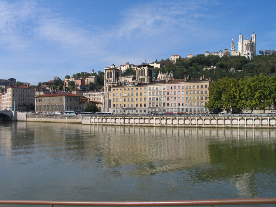 Bild: Das Vieux-Lyon vom Quai Saint-Antoine mit Blick auf die Basilika Fourvière in Lyon