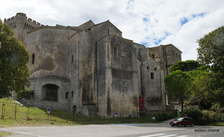 Bild: Blick vom Parkplatz auf Abbaye de Montmajour