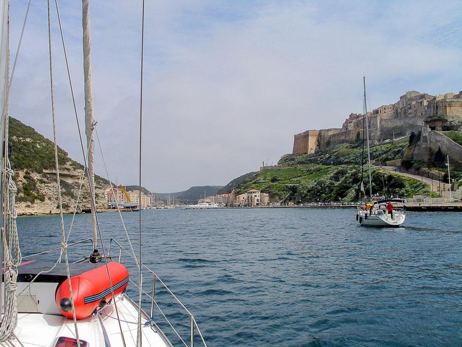 Bild: Einfahrt mit dem Segelschiff in den Hafen von Bonifacio