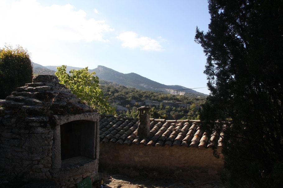 Bild: Blick über die Dächer von Sivergues in den Luberon