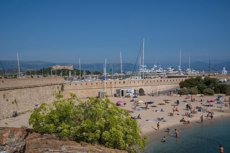 Bild: Strand am Port Vauban mit Blick bis Fort Carré in Antibes