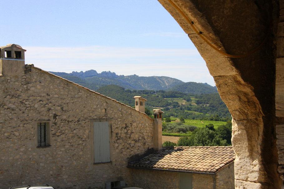 Bild: Séguret mit Blick auf die Dentelles de Montmirail