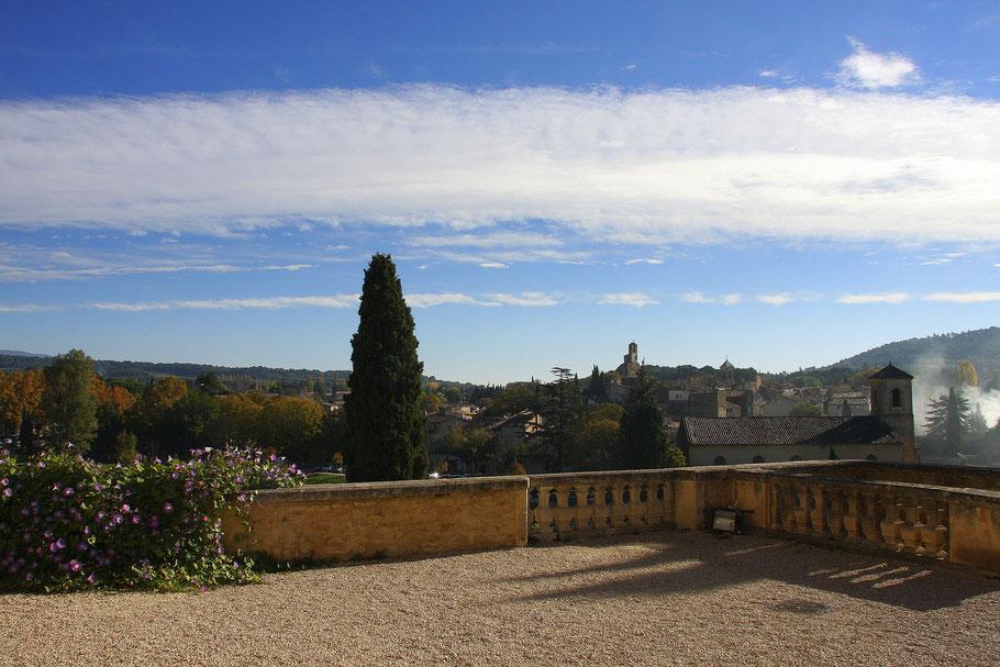 Bild: Château Lourmarin mit Blick auf Lourmarin