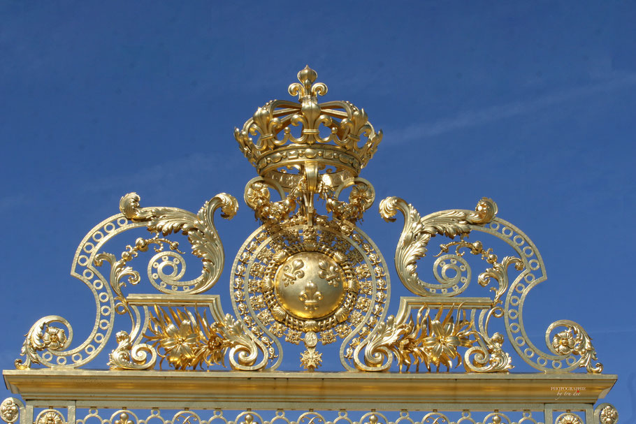Bild: Vergoldete Krone über dem Eingstor zum Schloss Versailles