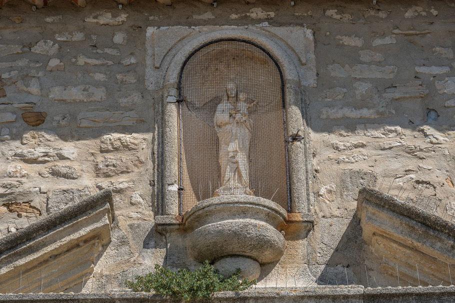 Bild: Madonna über dem Eingangsportal der Église St. Martin in Dauphin, Alpes de Haute Provence