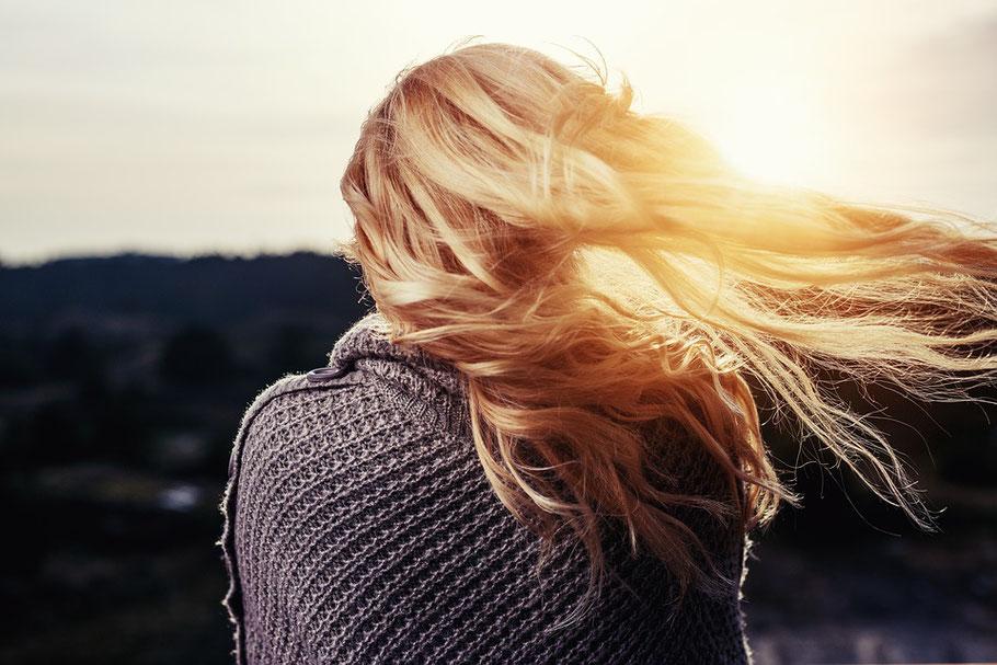 ragazza con i capelli al vento autunno perdita capelli cure e rimedi capelli