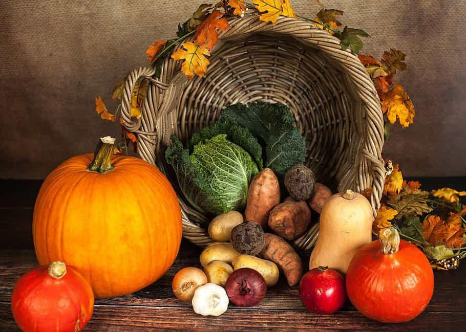 Frutta e verdura del mese di Ottobre dentro il cesto e sopra il tavolo