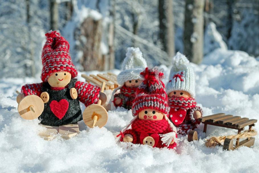 Immagine di pupazzi con la neve che portano doni inverno
