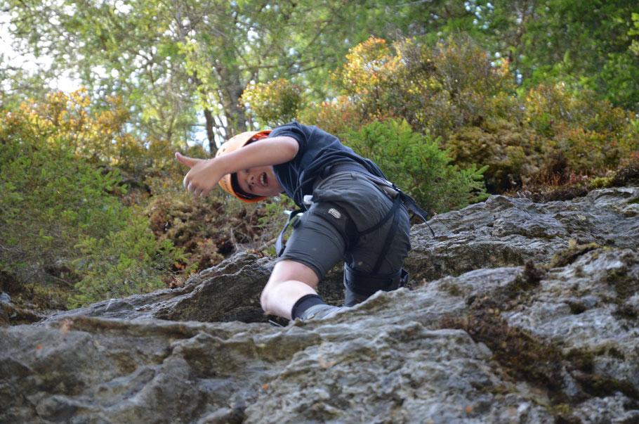 Urlaub Vater Sohn Wochenende Tirol Kitzbühel Vater Sohn Männers Natur Fels Klettern Mut Vertrauen Überwindung Wald Spannung
