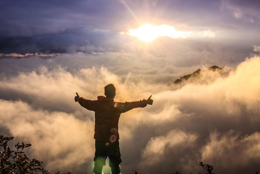 Urlaub Vater Sohn Wochenende Tirol Kitzbühel Vater Sohn Männers Wolken Sonne Atemberaubend Alpen Berge Tal